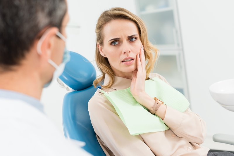 Patient talking to dentist about tooth pain